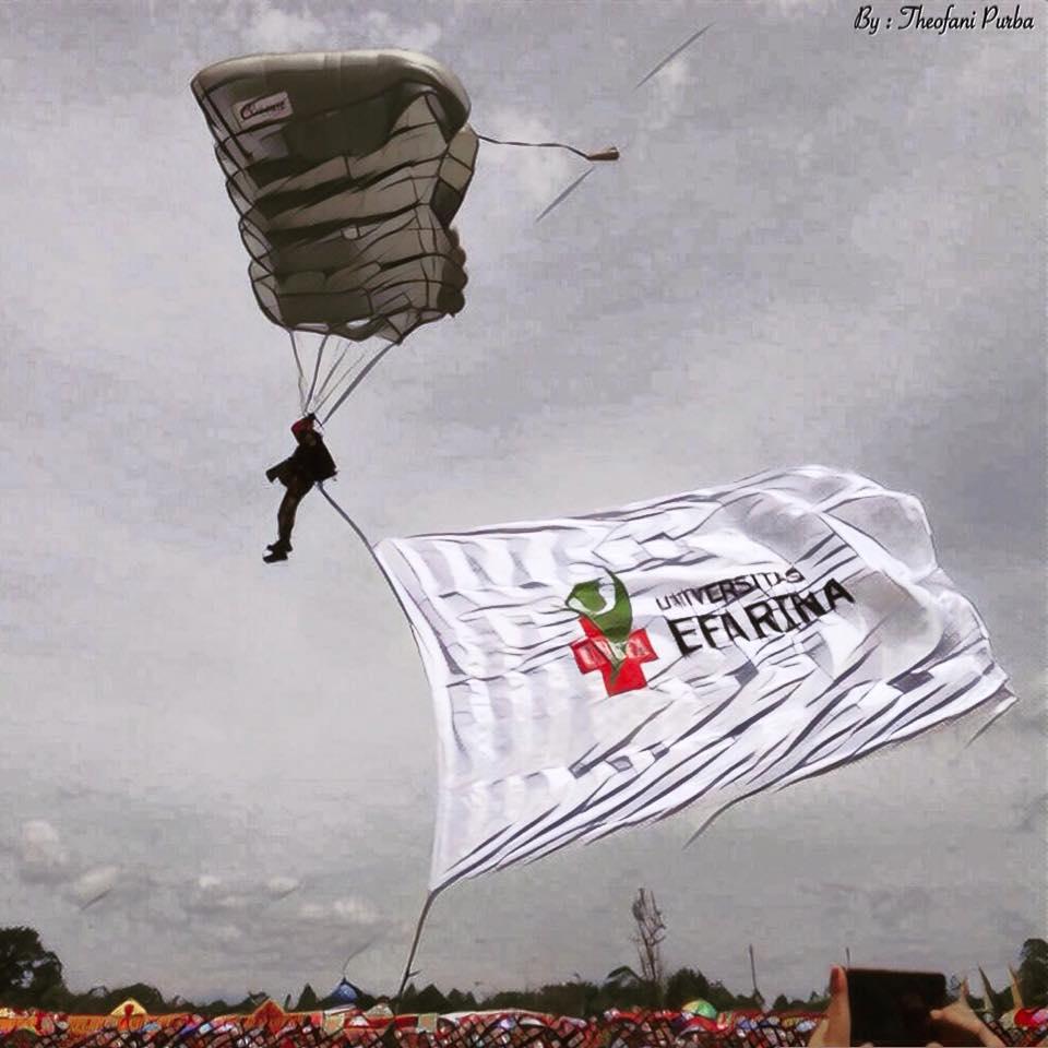 Bendera Universitas Efarina Berkibar